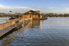 Фотоснимок затопленной земли с плавая домами на Реке Сава - Стоковые Изображения