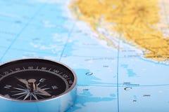 Фотоснимок компаса и карта атласа, с океаном или морем стоковые изображения rf