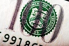 Фотоснимок макроса конец вверх, деталь долларовой банкноты 100 Стоковые Изображения