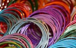 Фотоснимок объектов браслетов дам красочный стоковые фото