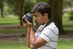фотоснимок человека принимая детенышей Стоковое фото RF