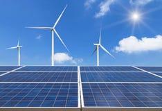 фотоэлементы и ветротурбины производя электричество в электростанции на предпосылке голубого неба стоковая фотография rf