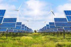 Фотоэлементы и ветротурбины производя электричество в возобновляющей энергии электростанции альтернативной стоковая фотография rf
