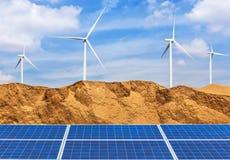Фотоэлементы и ветротурбины Photovoltaics производя электричество в пустыне Стоковое фото RF