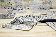 Фото абстрактных картин doodle сделанных черной ручки вкладыша на деревянном столе Ходы ручки Doodle, иллюстрация путать Дзэн Стоковое Изображение