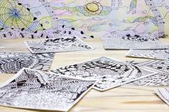 Фото абстрактных картин doodle сделанных черной ручки вкладыша на деревянном столе Ходы ручки Doodle, иллюстрация путать Дзэн Стоковые Фотографии RF