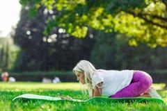Фото атлетической фитнеса приниманнсяого за девушкой Стоковая Фотография