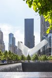 Фото бассейна мемориала 9-11 северных и станции метро Феникса в Нью-Йорке, Соединенных Штатах стоковое фото