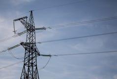 Фото башни передачи энергии Высоковольтный штендер на предпосылке голубого неба стоковое фото rf