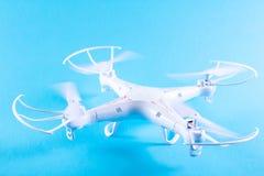 Фото белого quadrocopter на яркой голубой предпосылке Стоковая Фотография