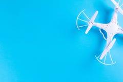 Фото белого quadrocopter на яркой голубой предпосылке Стоковые Фото