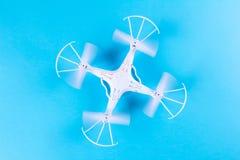 Фото белого quadrocopter на яркой голубой предпосылке Стоковые Изображения RF
