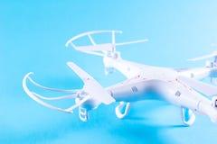 Фото белого quadrocopter на яркой голубой предпосылке Стоковое фото RF