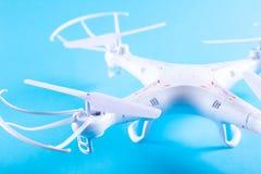 Фото белого quadrocopter на яркой голубой предпосылке Стоковое Изображение