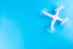 Фото белого quadrocopter на яркой голубой предпосылке Стоковое Фото