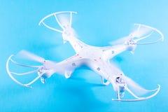 Фото белого quadrocopter на яркой голубой предпосылке Стоковые Изображения