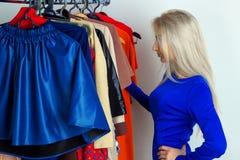 Фото белокурой женщины в магазине одежды Стоковая Фотография