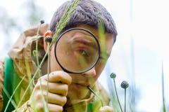 Фото биолога брюнет с лупой Стоковое фото RF