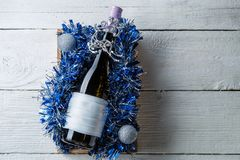 Фото бутылки вина с пустой карточкой в коробке с сусалью, Стоковые Изображения