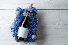 Фото бутылки вина с пустой карточкой в коробке с сусалью, Стоковое фото RF