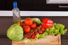 Фото бутылки масла и овощей Стоковое Изображение RF