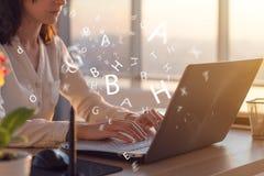 Фото взгляда со стороны женщины используя компьтер-книжку, деятельность, печатать, занимаясь серфингом интернет на рабочем месте Стоковое Изображение RF