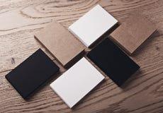 Фото визитных карточек белых, черных и ремесла на деревянной таблице горизонтально Стоковая Фотография