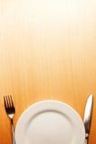 Фото вилки и нож с белой плитой на wo Стоковое Фото