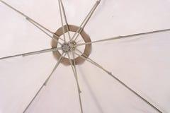 Фото вниз белого зонтика Стоковые Фотографии RF