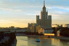 Фото высокого здания стоя на банке реки Moskva на заходе солнца Стоковое Фото