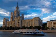 Фото высокого здания стоя на банке реки Moskva на заходе солнца Стоковая Фотография