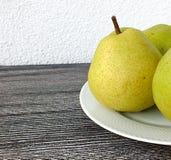 Фото груш на деревянной белой плите, плодоовощ груши конца-вверх, Стоковые Изображения RF