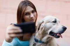 Фото девушки делая selfie с собакой Стоковая Фотография