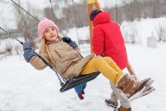 Фото девушки отбрасывая в зиме Стоковое фото RF