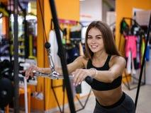 Фото девушки при совершенное тело делая sporty тренировки с имитатором на предпосылке спортзала релаксация pilates пригодности пр Стоковые Фотографии RF