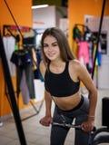 Фото девушки при совершенное тело делая sporty тренировки с имитатором на предпосылке спортзала релаксация pilates пригодности пр Стоковое Изображение