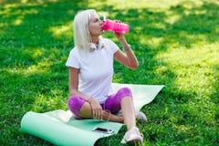 Фото девушки спорт выпивая от бутылки Стоковое Изображение RF