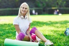 Фото девушки спорт в наушниках Стоковое фото RF