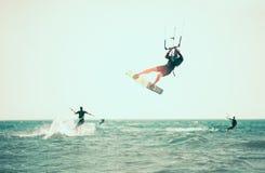 Фото действия Kitesurfing Kiteboarding Стоковое Изображение RF