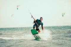Фото действия Kitesurfing Kiteboarding Стоковые Изображения