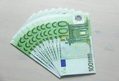 Фото денег Бумажное евро банкнот, евро 100 Пачка бумаги b Стоковая Фотография RF