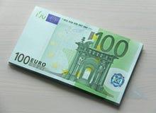 Фото денег Бумажное евро банкнот, евро 100 Пачка бумаги b Стоковые Фотографии RF
