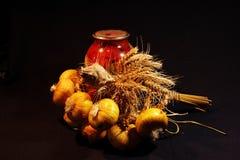 Фото домашнего ресторанного обслуживании с луком и сухой пшеницей стоковое фото rf