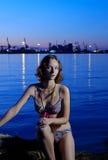 фото девушки бикини искусства эротичное представляя сексуальный заход солнца Стоковые Изображения RF