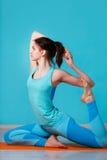 Фото девушки делая йогу Стоковая Фотография