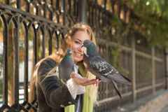 Фото девушки и голубей Подавая голуби в парке Стоковые Изображения