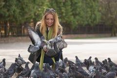 Фото девушки и голубей Подавая голуби в парке Стоковые Фото
