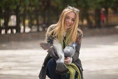 Фото девушки и голубей Подавая голуби в парке Стоковое Фото
