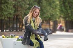 Фото девушки и голубей Подавая голуби в парке Стоковые Изображения RF