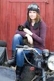 Фото девушки на винтажном мотоцилк в пилотной крышке с котом Стоковые Фотографии RF
